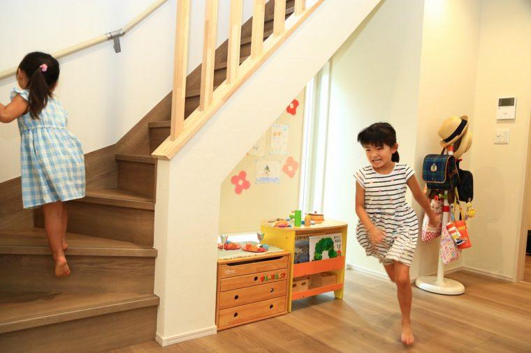 階段まわりは自然と姉妹の遊び場に