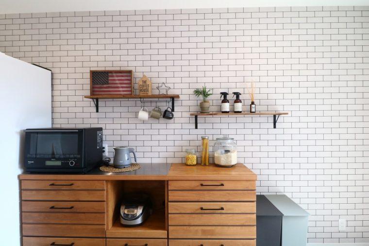 キッチンには白いタイル調のアクセントクロスをチョイス