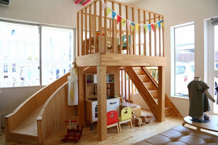子どもが遊べる大きな滑り台やキッチン、 おもちゃがあるから、ママはゆっくりショッピングを楽しめます