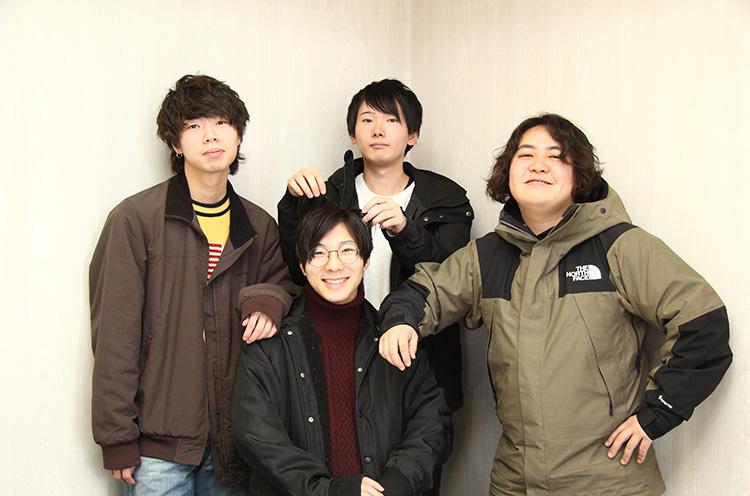 左からut (Dr)/ こーだい(Vo/Gu)/トミー(Vo/Ba)/ いかぴー(Gu)