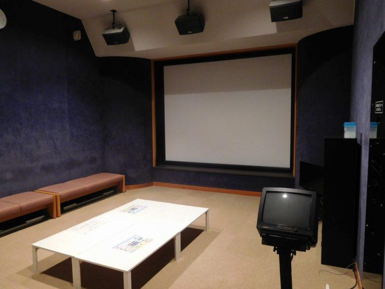 カラオケは3人以上利用で1 時間1名200円(税込)、部屋のみ利用は1時間700円(税込)