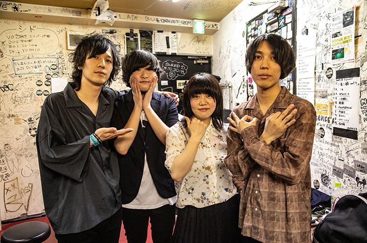 左から三宮広大(Gu/Cho)、萩原忠昭(Vo/Gu)、ミトミ(Dr/Cho)、タクオ(Ba)
