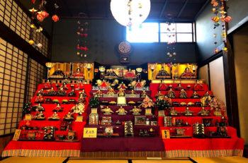 新潟市秋葉区の店舗にひな飾り展示され、街なかが華やかな雰囲気に!