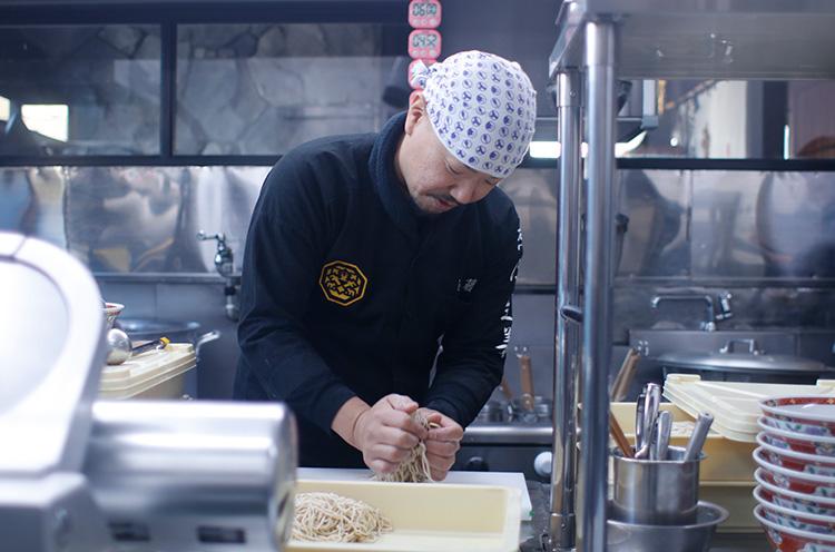 店長・近藤さん。平細麺を絶妙な力加減でこねているんです