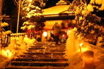 【五泉市】長い道のりに並ぶ雪灯篭の灯りが幻想的|別所虚空蔵尊例祭
