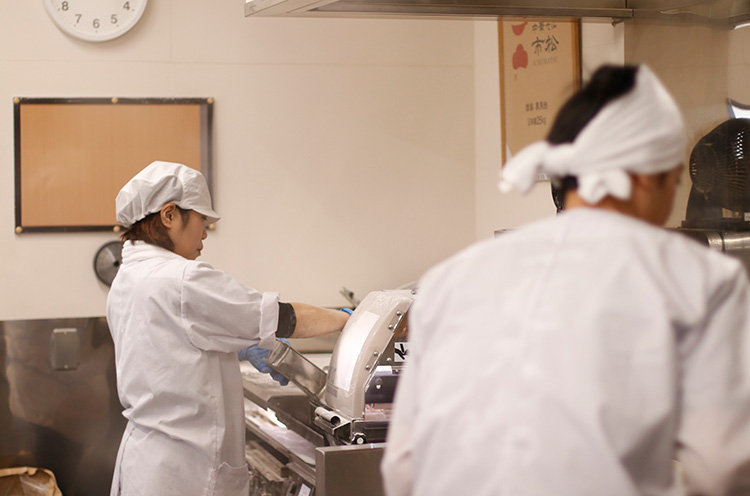 調理するスタッフのすぐ脇で製麺を行なう