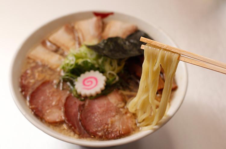 『中華そば』は煮干しの香りが強い濃厚スープ。 800円(税込)。写真は肩ロースとバラ肉の焼豚トッピング(+300円税込)