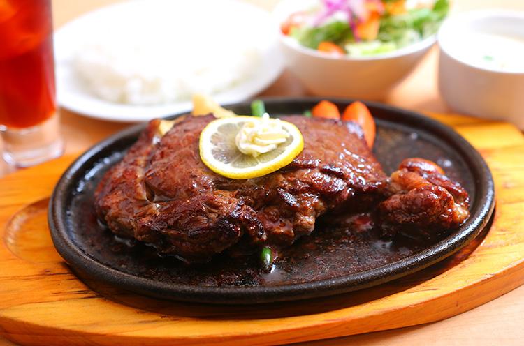 『国産牛ステーキ』。これぞ「王道のステーキ」といった食べ応え