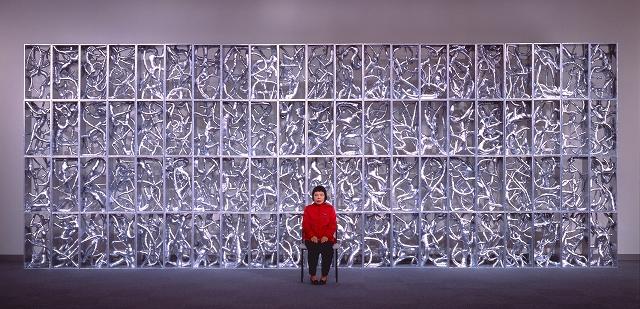 「草間彌生と《流星》(1992年、ミクストメディア、新潟市美術館蔵)」1992年、上野則宏氏撮影