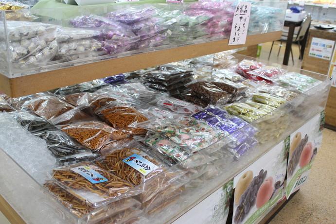 お店に足を運んだら、ぜひ店内も覗いてみて。写真は八百重自慢のお菓子コーナー。甘辛さまざまに取り揃えています