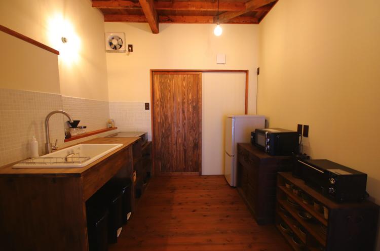 必要なものが一通り揃ったキッチン。自炊が楽しめるのも民泊ならでは。