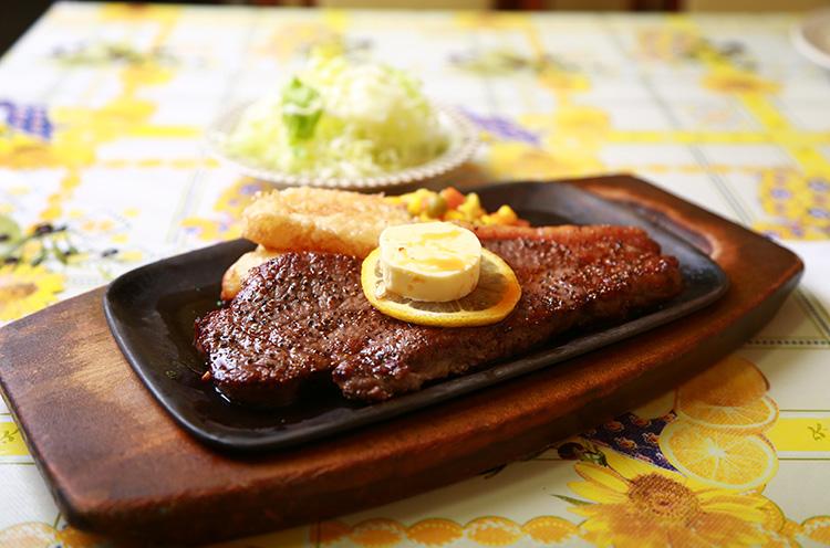 牛ロース肉ステーキ(200g)』2,100円(税込)。絶妙な火加減で焼き上げられた肉はとってもやわらか。バターソースが絶品。ライス付き