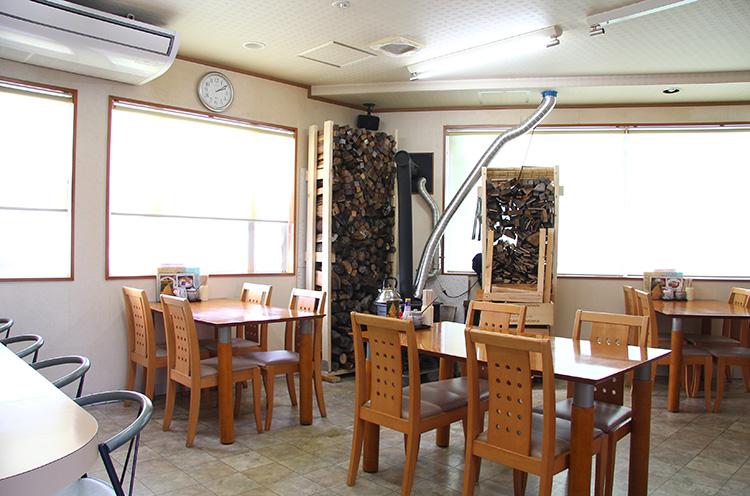店内には、中村さん手作りの薪ストーブが!!
