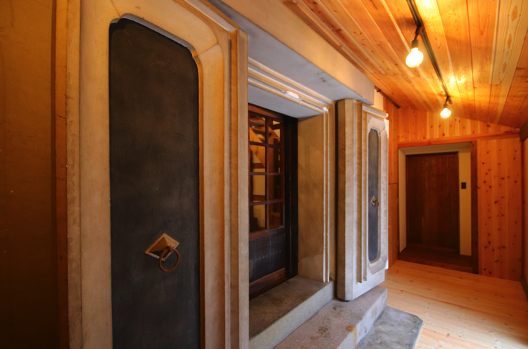 キッチン奥の引き戸(写真奥)を開けると立派な土蔵の扉が