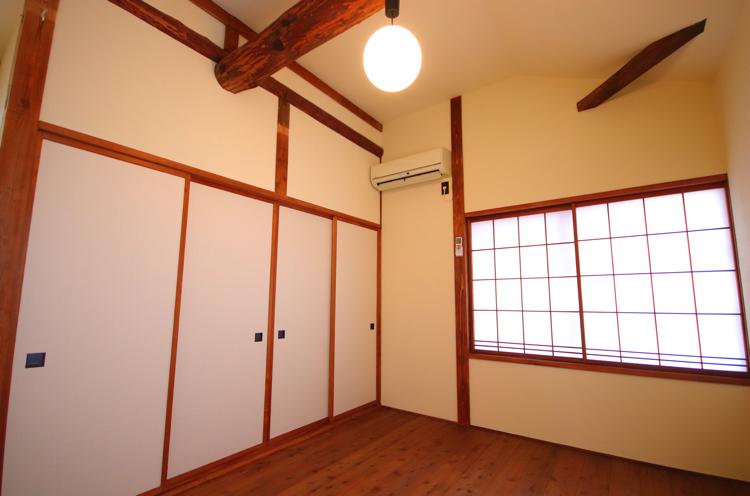 民家棟2階。押入に寝具が入っているのでこちらを寝室にすることもOK