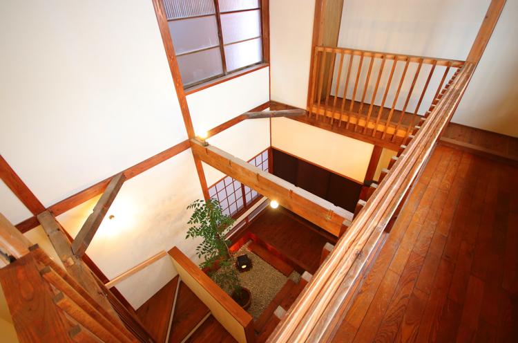 民家棟の吹抜を、2階の回廊から