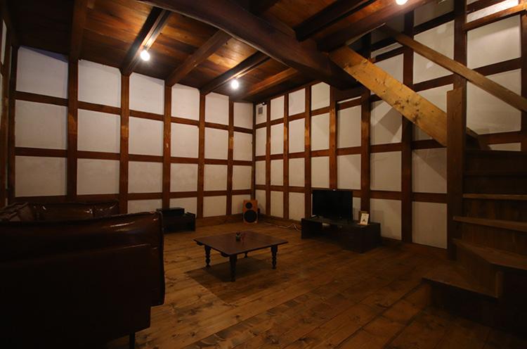 蔵の1階はゆったりとしたソファが置かれたシアター(オーディオ)ルーム