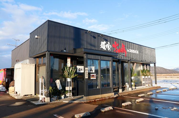 栗山米菓の工場のすぐ近くにお店はあります