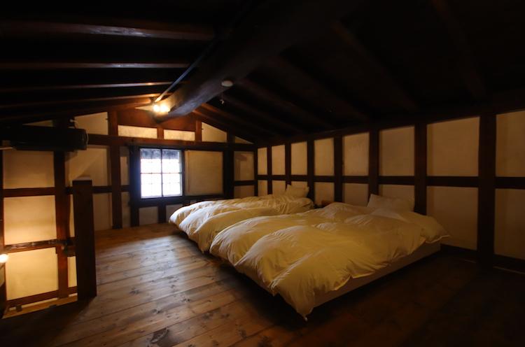 蔵2階の寝室。静かなのでよく寝られそう。…寝過ごし注意!