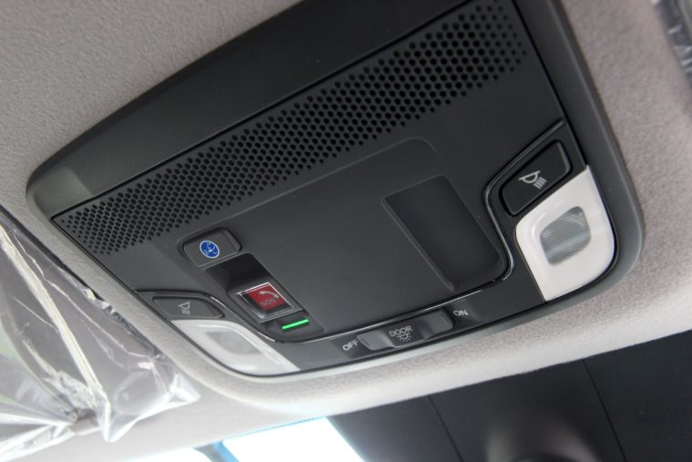 天井を見上げるとこんな装置が。赤いボタンにはSOSの文字