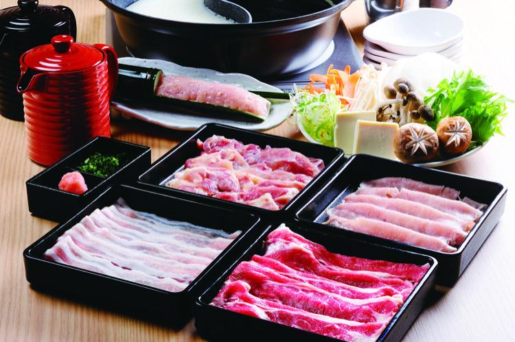 ネギミックスやお好みの野菜を鍋にたくさん入れて、お肉で巻いて食べるのがおすすめ