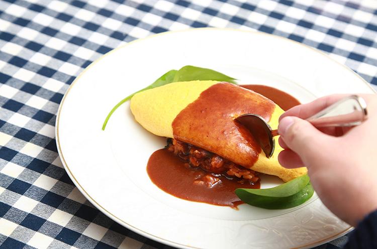 『マルシェのオムライス』(1,000円税込)。スープ、サラダ、パン、コーヒー付き