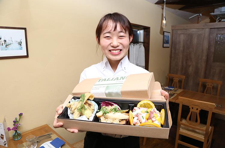 「新潟の旬の魚や食材をふんだんに使った、おいしくて体にも良い前菜です!」。なお、この3点盛りのトレー容器を次回持参すれば100円引きというリピーター割もあり