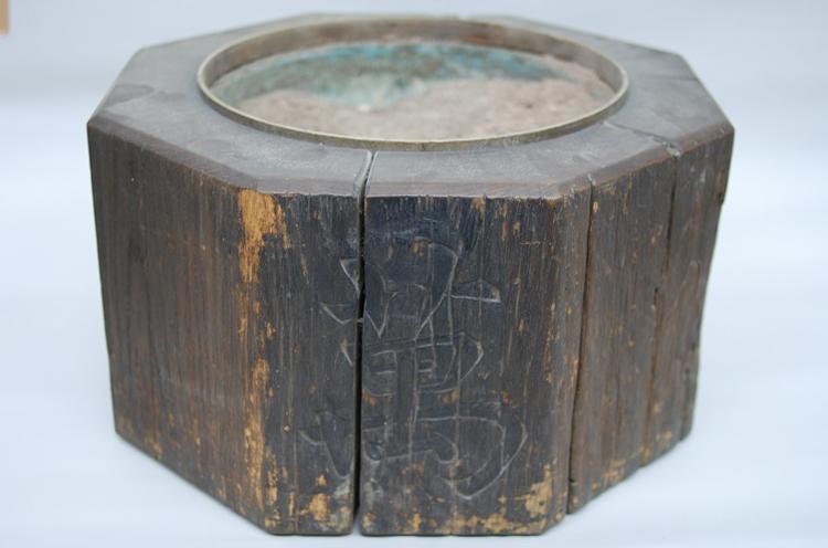 萬代橋親柱の火鉢。木造萬代橋のシンボルの親柱が他の製品にリサイクル