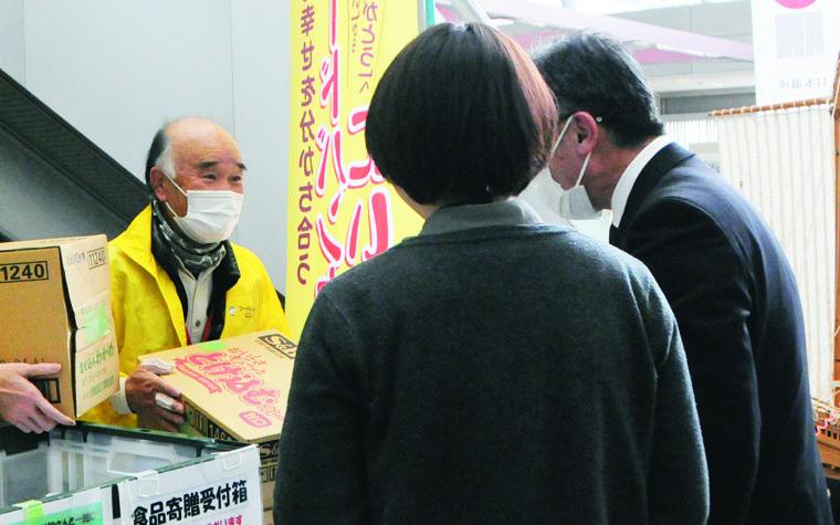フードドライブの様子(新潟市役所本館)。写真左は事務局の眞木英明さん