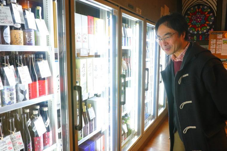 冷蔵庫の中を眺める内田さん