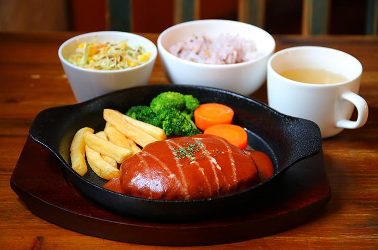 『ハンバーグ』(ご飯、サラダ、スープ、ドリンク付き1,100円税込)
