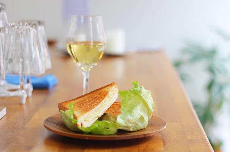 『特製チーズホットサンド』(700円税抜)。とろけるチーズがたまりません。