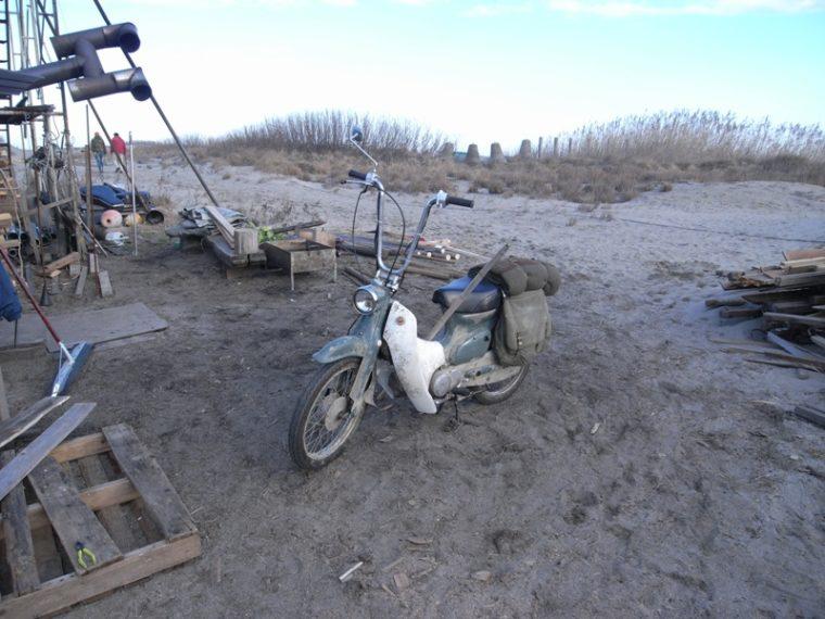 主人公の唐沢寿明さんが、海から漂着し、さまよいながら小屋でバイク(カブ)を見つけるシーンが撮影されました