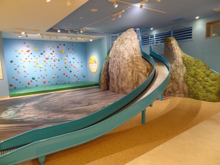 ヒスイのふるさと糸魚川の象徴「小滝川ヒスイ峡」にある石灰岩の山・明星山を模したすべり台