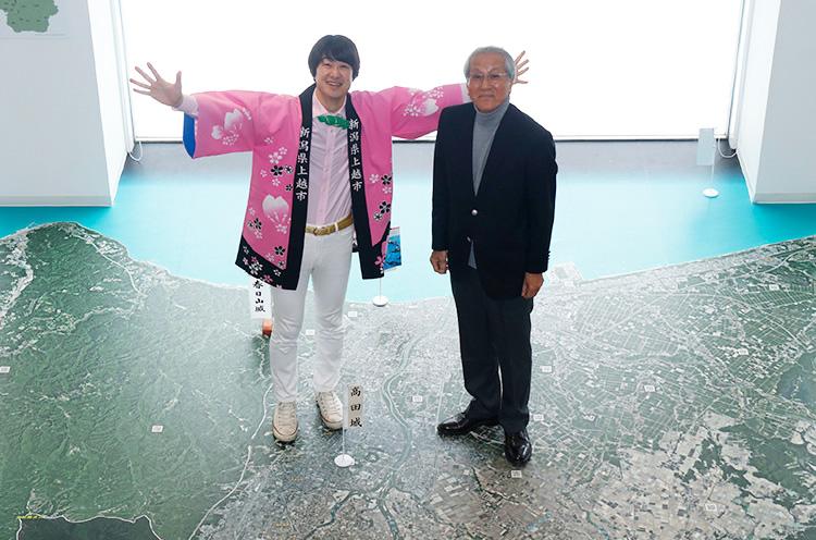 上越市立歴史博物館にあるでっかい上越市の航空写真の上で村山市長と
