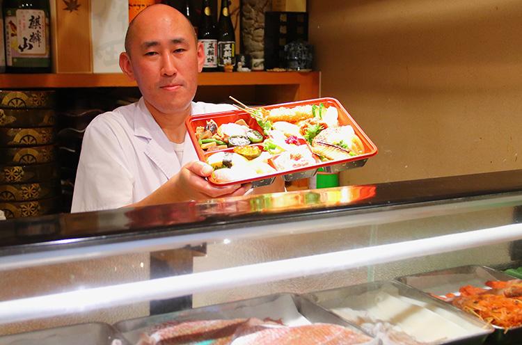 白根店の貝沼店長。「仕入れの状況で変更はありますが、寿司やハンバーグ、焼魚、カニ丼はほぼ入ります。ご満足いただける内容だと思いますよ!」