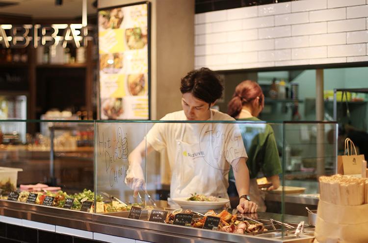 新潟の味をファストフード感覚で。季節によってデリの内容は変わる。