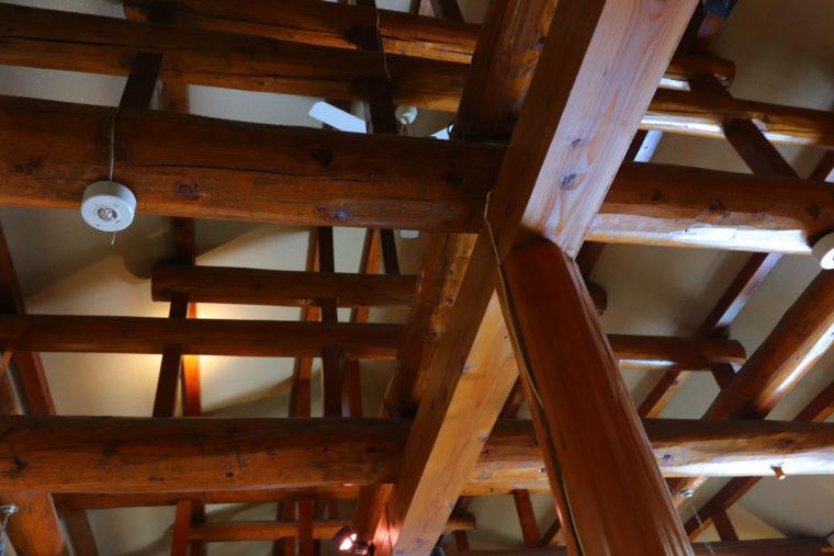 高い梁が印象的。開放的ではありますが、店内には日光が入らないよう工夫されています。お酒の品質を重視する酒屋さんならではの心遣いです