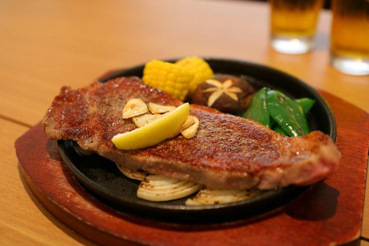 和牛を使ったステーキも評判。焼き加減、味とも、まさにプロの味