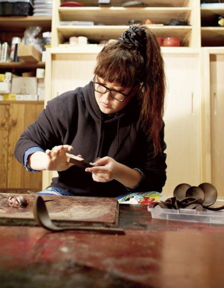 現在20人ほどいる新潟漆器職人の中でも最年少で、唯一の女性塗師の真田桃子さん。朧銀塗を手掛けることのできるただひとりの職人です