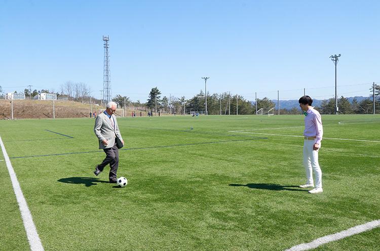 慣れた感じでボールを蹴る品田村長
