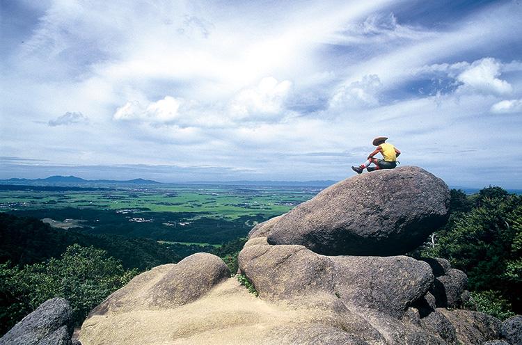 5合目付近にある烏帽子岩。体力のある人はここから山頂を目指そう