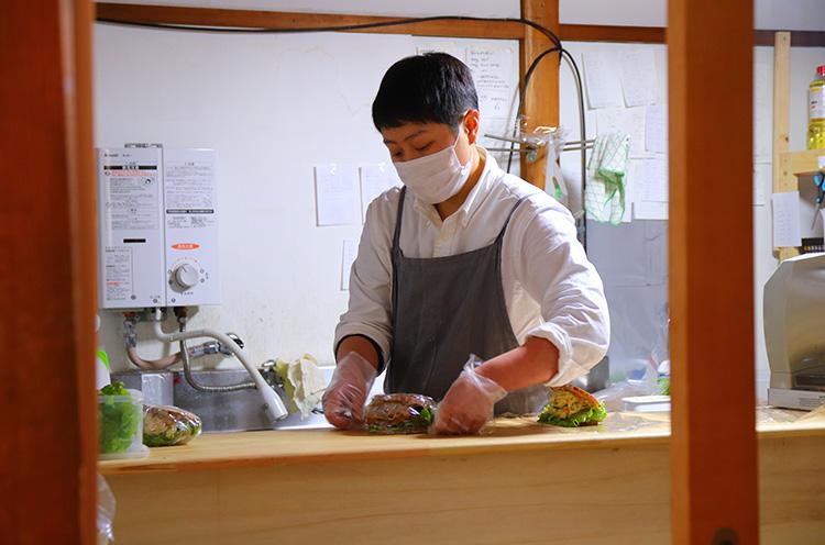 店長・多田さん。サンドイッチの具材はすべて手作り