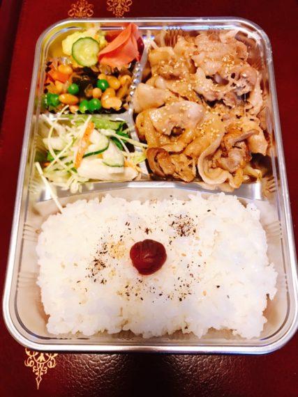『弁当』(メインをタレカツ、ヒレカツ、焼肉、唐揚げ、塩サバからチョイスできる。各500円)