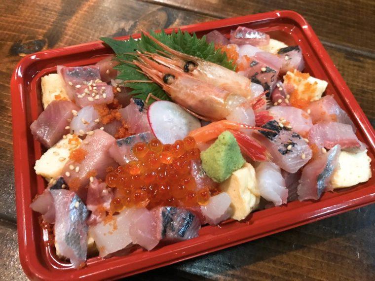 新潟料理と旬の食材 だしやの『佐渡直送海鮮チラシ重』