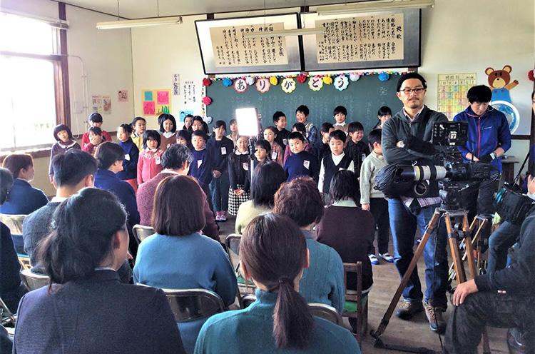 旧島田小学校(現在のレストラン「和島トゥー・ル・モンド」)での撮影風景