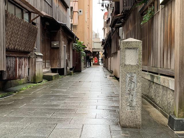 東新道9番町から古町通りに抜ける「六軒小路」。写真の右手は、旧待合茶屋・美や古の建物を利用した「古町柳都カフェ」です