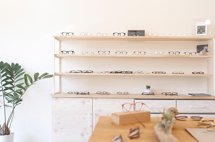 店内には等身大の鏡があり、眼鏡をかけた時の全身のバランスが見れる