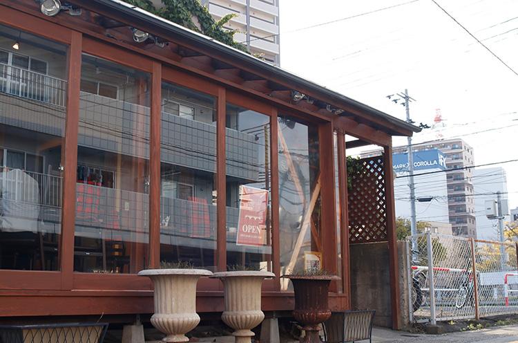 信濃川やすらぎ堤の近く。カフェスペースも人気だが、現在休業中