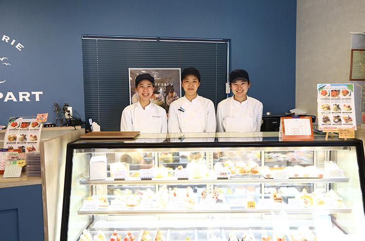 左から、販売の酒井希生さん、『エスティバル』考案の岡田彩さん、新人の齋藤七海さん